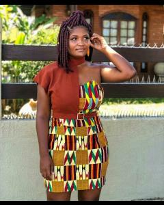 Vestido feito em tecido africano e linho. Com blusa removível.